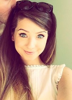 Zoe Sugg Bra Size, Wiki, Hot Images